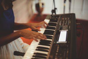 Keyboard piano 88 keys Girl Plays